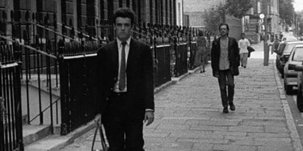Bill siguiendo a Cobb en la película following