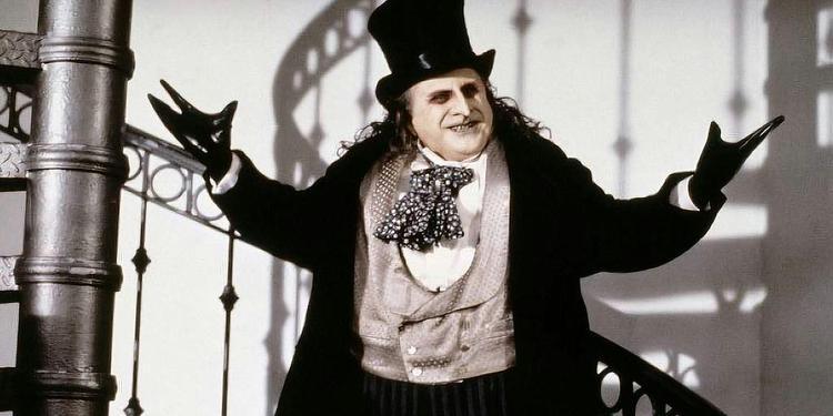 Actor Danny DeVito disfrazado de pinguino